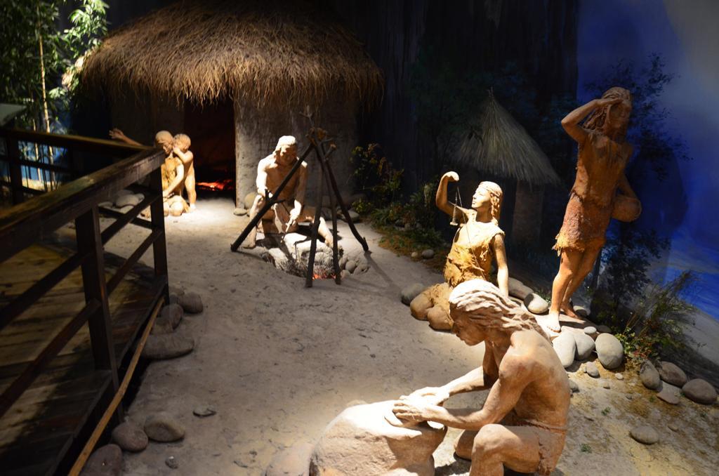 A mitikus Ba torzs dokumentalt multja az i. e. XI. szazadra nyulik vissza, amikor megalapitottak itt a Ba kiralysagot, melynek Chongqing lett a fovarosa.<br />A Jialing folyo akkori neverol ( Yushui ) a Yu nevet kapta a varos az I. szazadban, amely nemcsak a folyo menti Ba-Yu teruleten elo egyik kulonleges etnikum kozpontja volt, de a kinai civilizacio szulofoldjenek tartjak. <br />Egy gesztus a multnak, ma is az osi Yu irasjeggyel roviditik a varos nevet, ez szerepel a chongqingi rendszamtablakon is. <br />