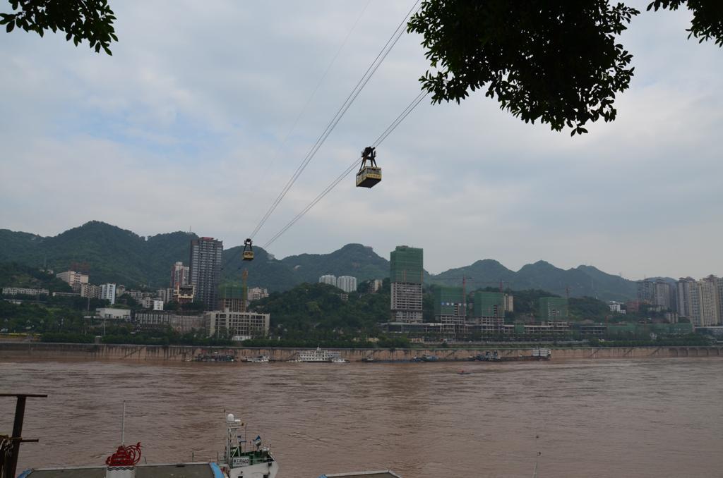 Az egi villamosok az 1160 meter hosszu drotkotelpalyan mozognak a Jangce folyo folott.A napi utasforgalma kb. 10.000 fo.
