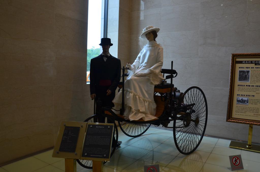 Benz Patent- a vilag elso belso egesu motorral rendelkezo kocsija.<br />Karl Benz gyartmanya, Nemetorszag.<br />16 km/ ora sebesseggel tudott kozlekedni.