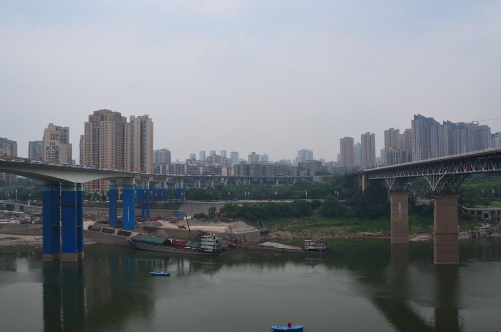 balra a kek Yuao hid, jobbra a vasuti hid, Jialingjiang Bridge
