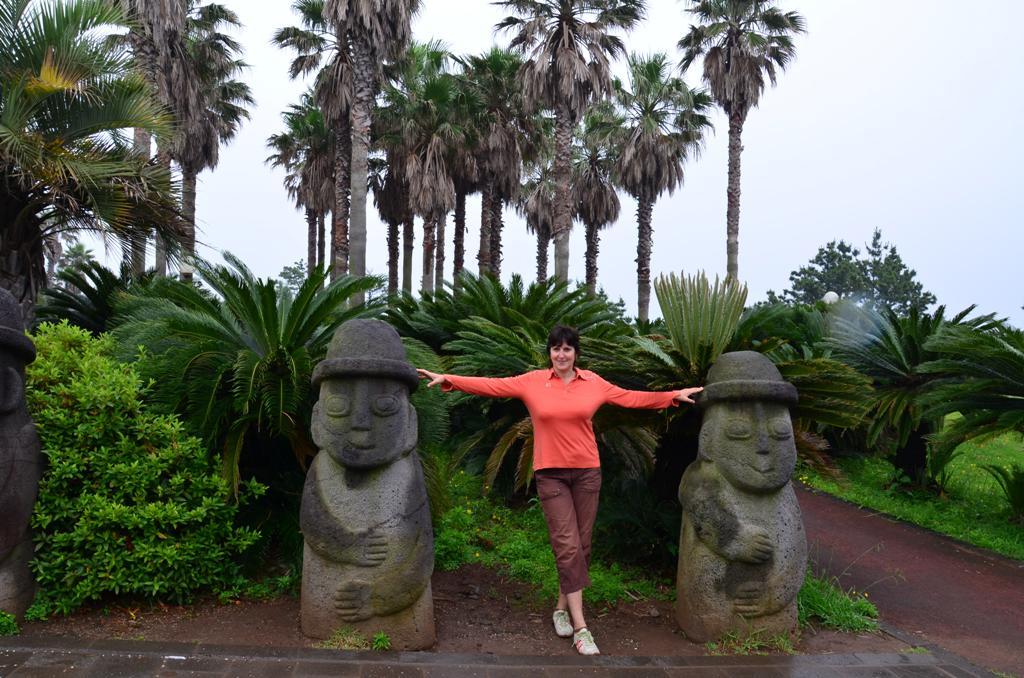 Harubang, avagy Jeju baba<br />Ezeket a gomba formájú figurákat, eredetileg isteni szerepkörükből adódóan azért helyezték a régi időkben a telkek, házak bejáratai elé, hogy megóvják a termést és távol tartsák a portát a rossz szellemektől.<br />A Harubang egyebkent a jeju-i dialektusban nagyapat jelent.<br />