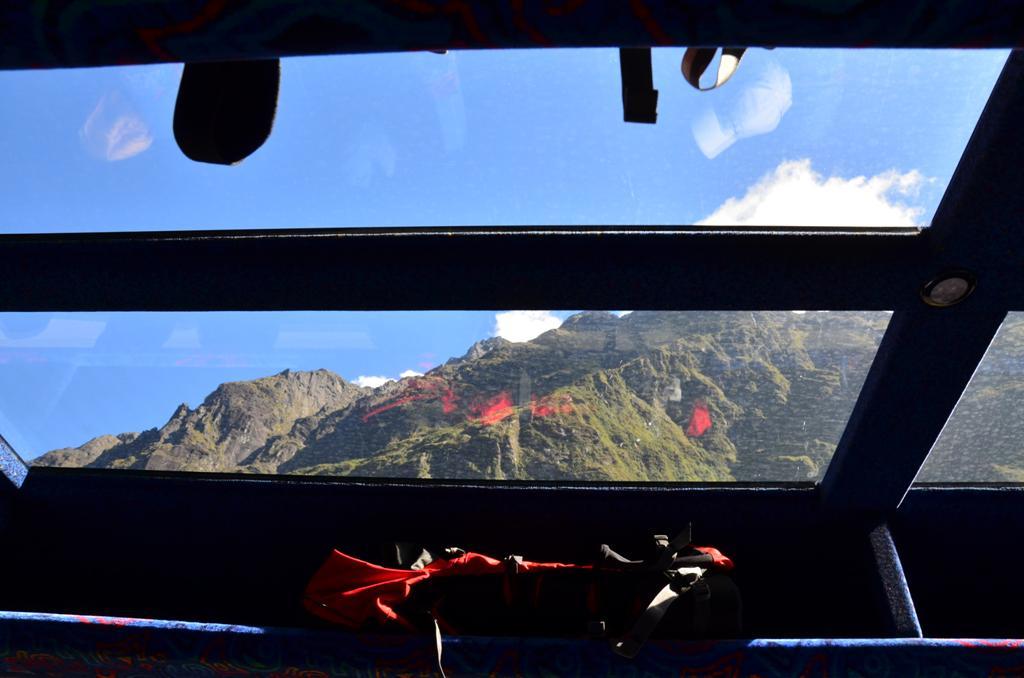 busz uvegtetejen keresztul latni a hegyeket