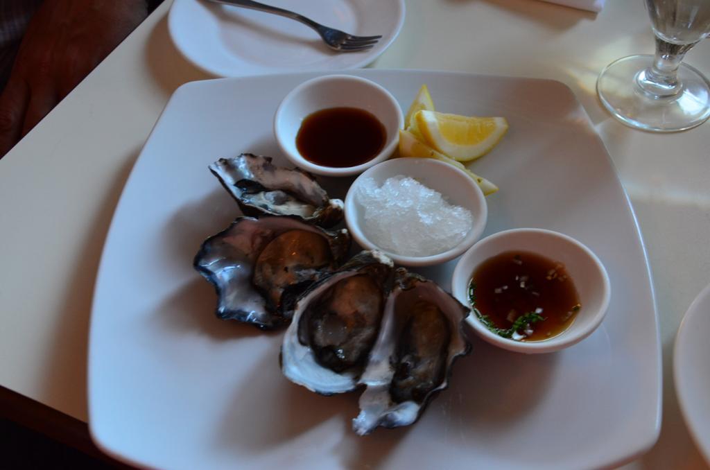 friss osztrigaval inditottunk, aztan ferjem halat, en meg polipot ettem (azokrol nem keszult kep, tul gyorsan elfogyott:)