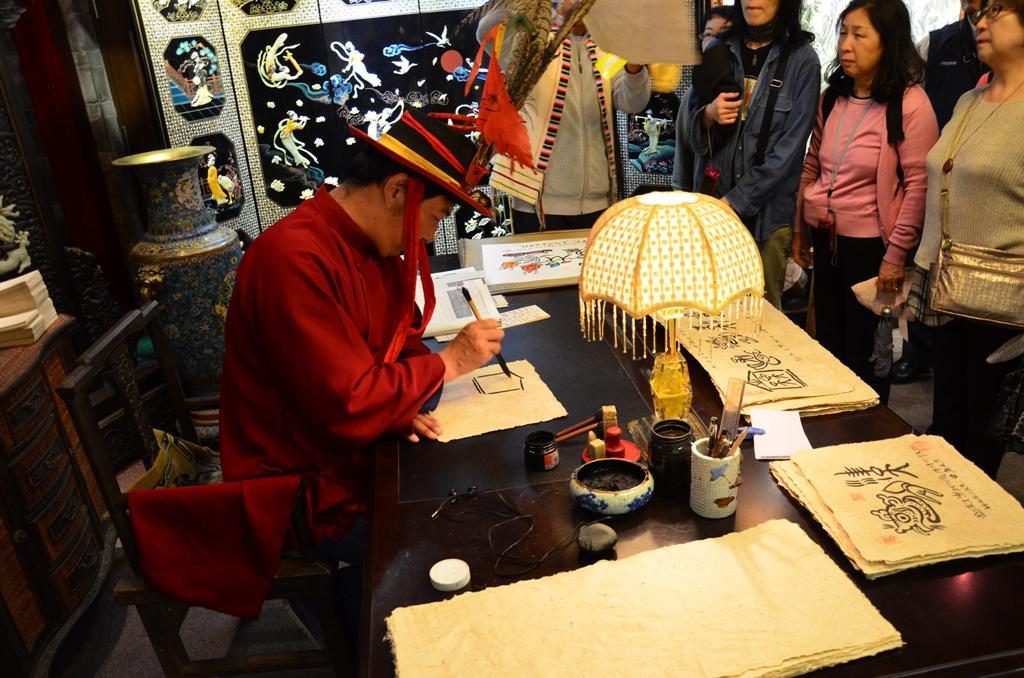 a muzeumban is dolgozik egy Dongba pap, o a 29. ugyanabbol a generaciobol.<br /><br />Kertem, hogy irjon szamomra ey szemelyre szabott kivansagot.