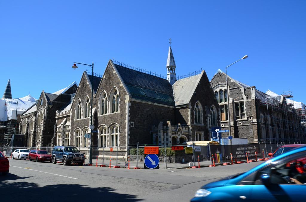A Christ College is megszenvedte a foldrengest.<br />A kollegium meg ma is a helyi felső osztály utódainak fehér-fekete egyenruhás tanulóhelye.