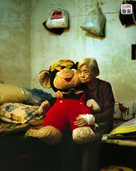 Feng Yuzhen, 78, sold her house to pay for her husband's medical costs.<br /><br />Feng Yuzhen, 78 eves. Eladta a hazat, hogy ferje orvosi kezeleseit kifizesse.<br />Amiota a ferje meghalt, itt el. Az orias maci allando tarsa.