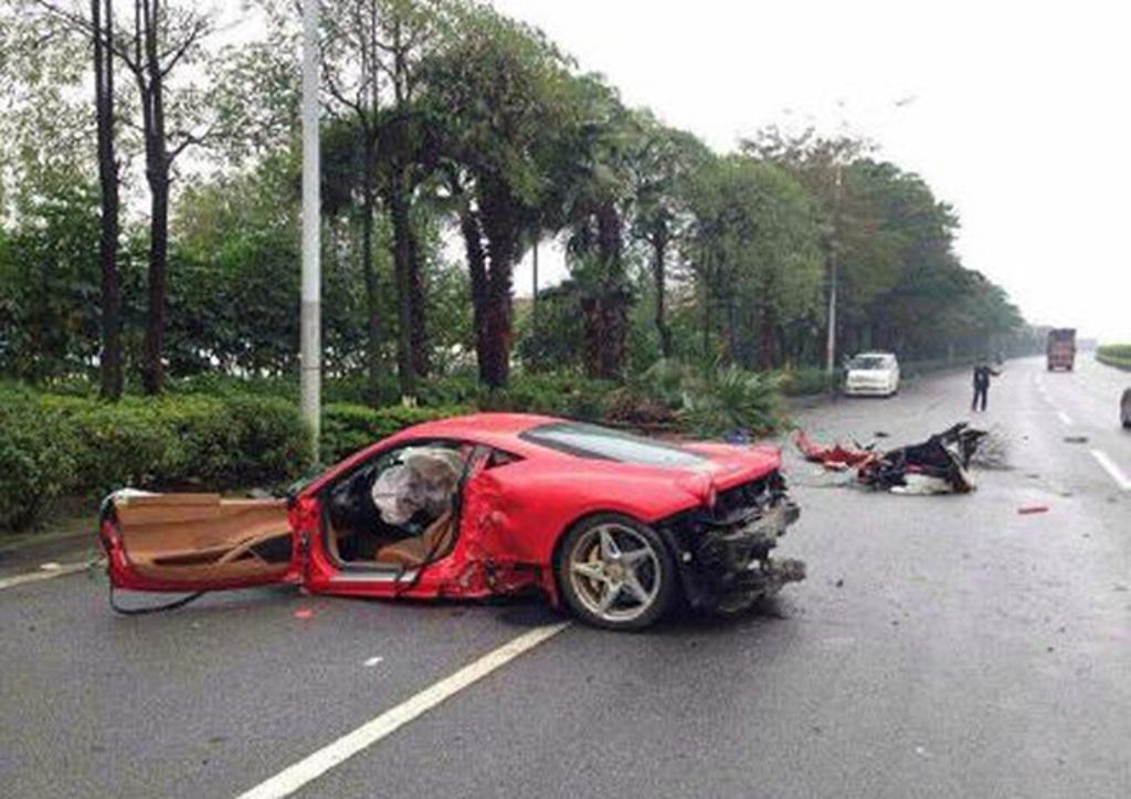 Piros Ferrari : fanak utkozott, a sofor eletben maradt.