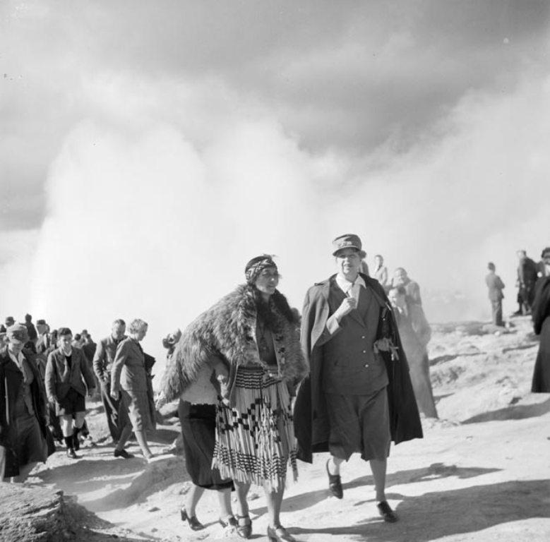 Rangi nevu vezeto Eleanor Rooseveltet kalauzolja 1943-ban