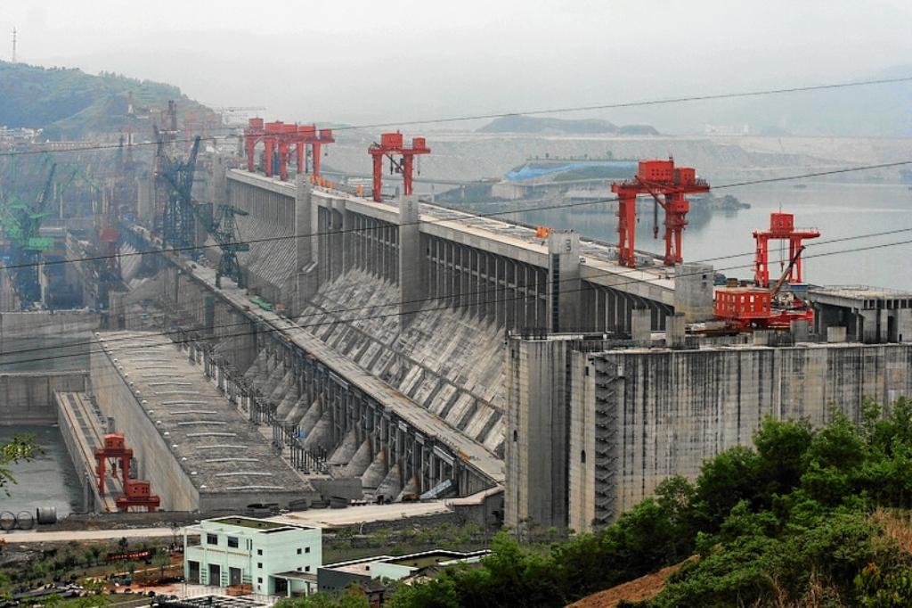 A Három-szurdok-gát a Jangce folyón épített vízerőmű. Névleges, beépített teljesítményét tekintve (21 000 MW) a világ legnagyobb erőműve.<br />1994-2008 kozott epitettek, 180 milliard Yuanert.<br />Magassaga 181 m, szelessege 2335 m.