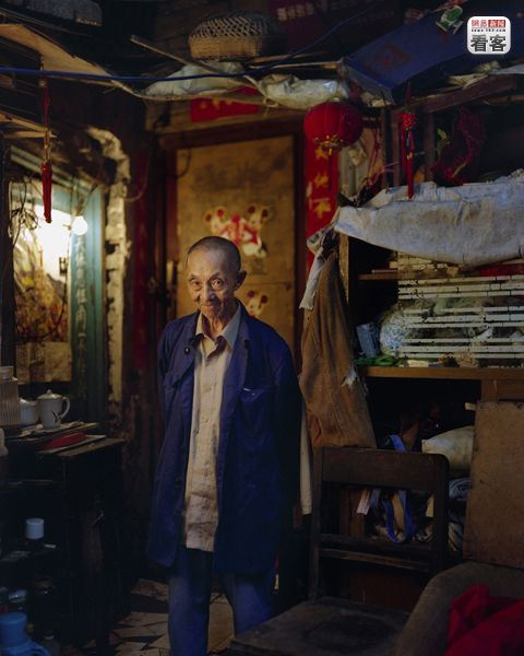 He Shaozhang 81,  used to be a monk.<br /><br />He Shaozhang 81 eves, korabban szerzetes volt.