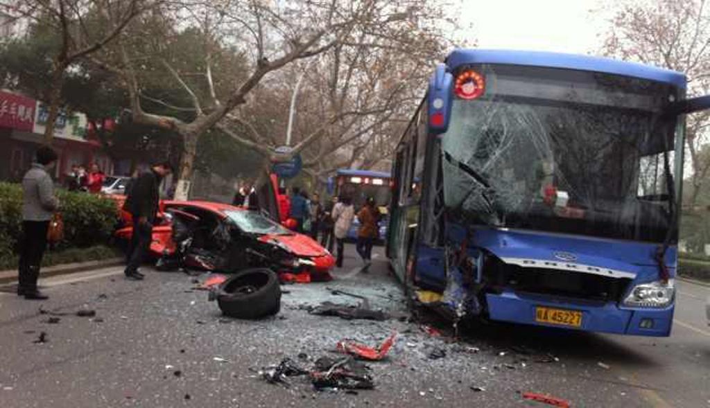 Hefeiben egy Lamborghini nekiment a busznak. A vezetoje meguszta.<br />