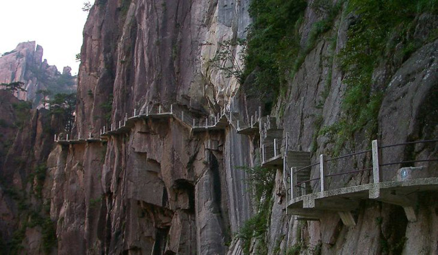hiking-trail-at-Huangshan-yellow-mountain.jpg