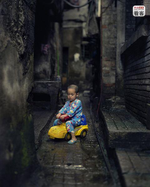 Huang Junkai 3, lives with his grandma in Shibati.<br /><br />Huang Junkai 3 eves, szulei a varoson kivul dolgoznak, o nagymamajaval lakik.