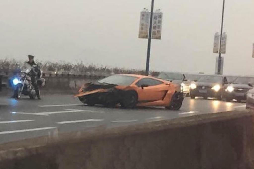 Narancssarga Lamborghini: Miutan osszetorte a kocsijat, az utcan hagyta.<br />A sofor eltunt.