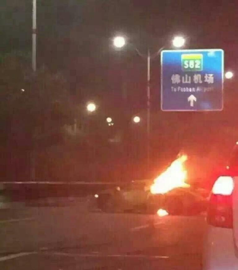 Gyorshajtás következtében szalagkorlátnak csapódott a zöld Lamborghini, majd egy teherautónak ütközött és kigyulladt.<br />Vezetője bennegett a kocsiban. Jogosítványa nem volt.