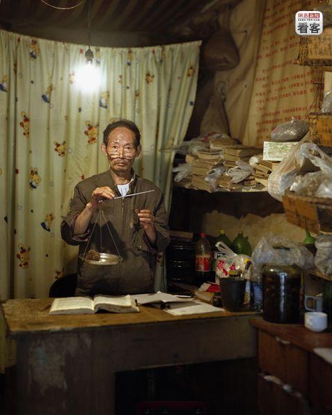 Li Qizhi, 54, is a traditional Chinese medicine store owner.<br /><br />Li Qizhi, 54 eves, hagyomanyos kinai gyogykeszitmenyeket arul.