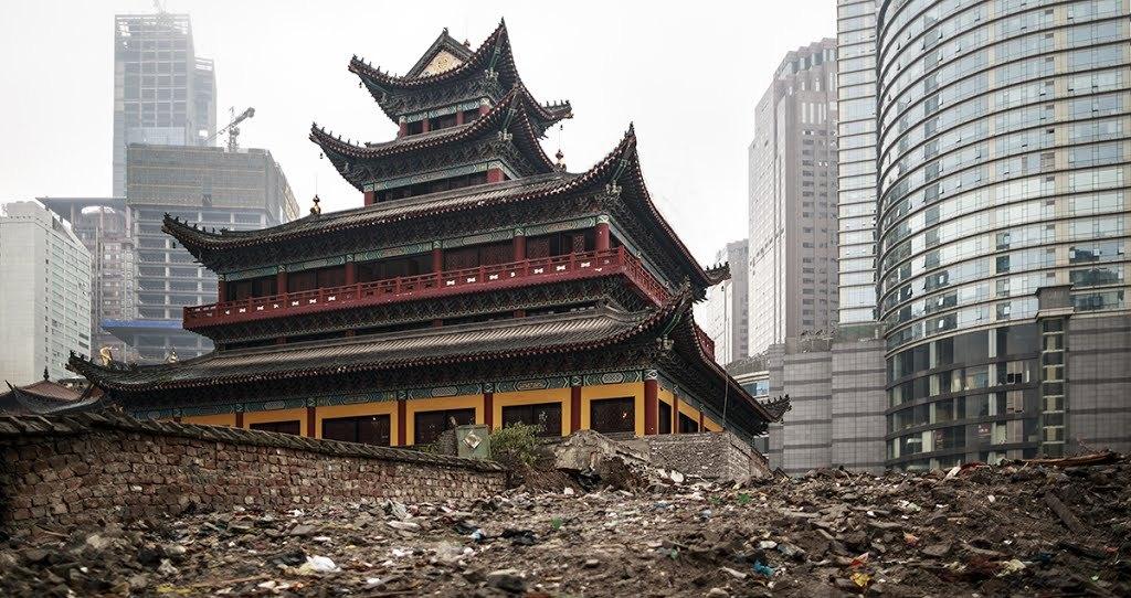 A Luohan Buddhista Templom, tobb mint 1000 eve epult a Song Dinasztia idejen. 1752-ben felujitason esett at, 1945-ben pedig ujjaepitettek. Most is zajlik valami epitkezes, fol van turva a templom korul a fold.