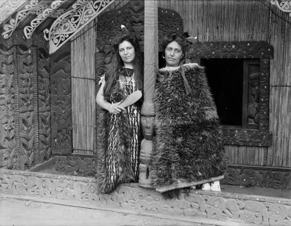 Maggie (balra) es feltestvere Bella, ket ujdonsult tura-vezeto 1910-ben