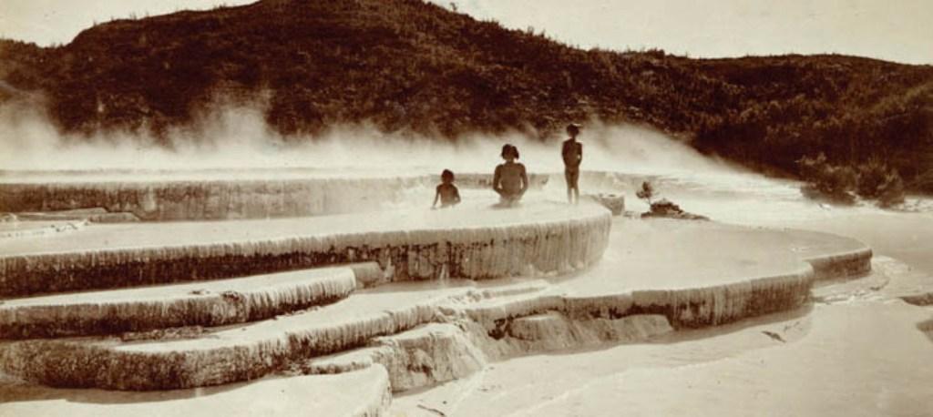 korabeli kep: a rozsaszin medencekben furdozo gyerekek