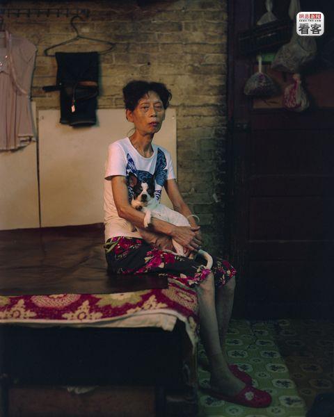 Xu Lan, 62, is a retired worker.<br /><br />Xu Lan, 62 eves nyugdijas.