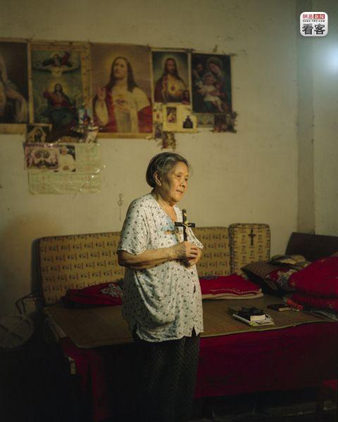 Yi Shuyun, 81, is a resident of Shibati since 1951. She is a Catholic (since 1986) and studies the Bible every day.<br /><br />Yi Shuyun, 81 eves, 1951 ota lakik itt. 1986 ota katolikus.