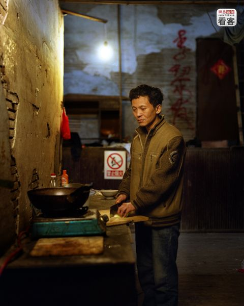 Yu Hai, 48,  used to be a factory worker, but was laid-off in 2000. He is currently a road-side food vendor.<br /><br />Yu Hai, 48 eves. Regen gyarban dolgozott, de megserult. Most utcai etel-arus.