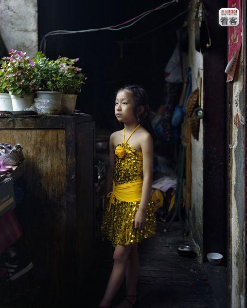 Zhang Xiaomei, 8,  Five of her family members are living together in Shibati.<br /><br />Zhang Xiaomei, 8 eves. Csaladjaval el itt, nagyon szereti a latin tancokat, es mivel kicsi a lakasuk, a verandan gyakorol.