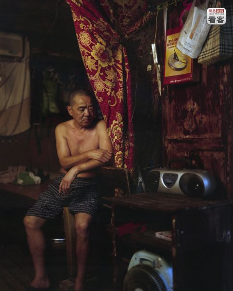 Zhang Yuanzheng, 64,  has lived in Shibati since his childhood and currently lives with his wife and mom (81 years old). Listening to the radio is his daily entertainment.<br /><br />Zhang Yuanzheng, 64 eves. Gyerekkora ota itt el. Jelenleg felesegevel es 81 eves anyukajaval. Egyeduli szorakozasa a radio hallgatas.