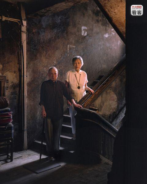 Zhou Yunfang, 91, a retired hardware store employee, and his wife Zhang Junxiang, 71,  a retired accountant.<br /><br />Zhou Yunfang, 91 eves es felesege  Zhang Junxiang, 71 eves. Mindketten nyugdijasok.