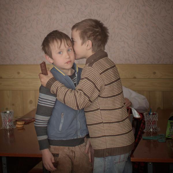 Hétköznapok<br />2. díj, egyedi<br />Åsa Sjöström<br />Svédország, Moment Agency/INSTITUTE for Socionomen/UNICEF<br />Igor valamit súg barátja, Renat fülébe az iskolában, az észak-moldovai<br />Baronceában. Igornak születésnapja van, és a nagymamájától csokit kapott,<br />hogy ossza meg a társaival. Moldova a legszegényebb ország Európában.<br />Az elmúlt tíz évben a munkaképes lakosság harmada távozott külföldre<br />jobban fizető munka reményében. Sok gyereket idős rokonok gondjaira<br />bíznak, vagy árvaházba kerülnek. Igornak van egy ikertestvére. Az apjukat<br />nem ismerik, az anyjuk pedig meghalt nem sokkal az után, hogy elment<br />Oroszországba dolgozni, amikor az ikrek két évesek voltak.