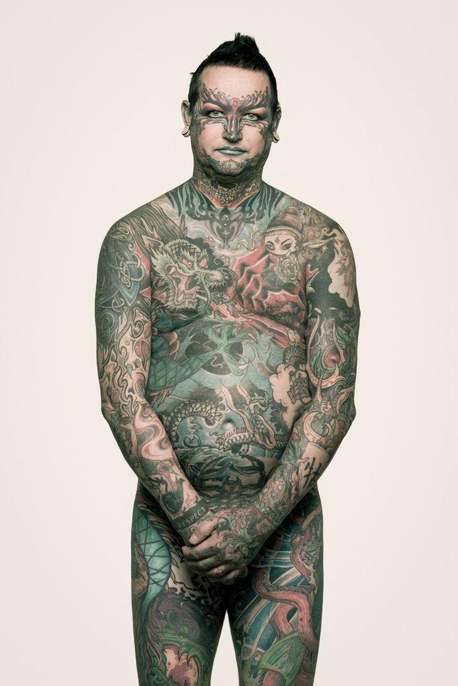 René: Elkezdte és nem tudta abbahagyni; a sorozat készítésekor úgy érezte, 2016-ban talán kész lesz az összes tetoválása. Egyébként nős, 2 lány boldog faterja - imádja őket, imád velük lenni.