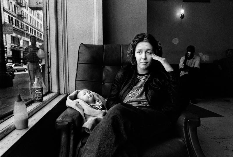 """Hosszú távú munkák<br />1. Díj<br />Darcy Padilla<br />Amerikai Egyesült Államok, Agence Vu<br />Családi szeretet 1993–2014<br />""""Julie Baird és családja története bonyolult történet: akad benne<br />szegénység, AIDS, kábítószer, különféle otthonok, új kapcsolatok, születés,<br />halál, ismételt egymásra találás. Egy asszony küzdelmét követve<br />igyekeztem mélységében láttatni a hátrányos helyzetet és a HIVfertőzöttséget<br />övező társadalmi problémákat, miközben arra is törekedtem,<br />hogy Julie gyerekeinek rögzítsem anyjuk történetét.""""<br />Darcy Padilla<br />Felső sor: Julie 1993-ban (a három hónapos) Rachellel a San Franciscó-i<br />Ambassador Hotel előcsarnokában. Ebben a szállodában laknak párjával,<br />Jackkel. Julie és Rachel a West Hotel előcsarnokában 1995-ben, miután<br />Julie szakított Jackkel. Julie és Jason gyermeke, Elyssa, 2008-ban született."""