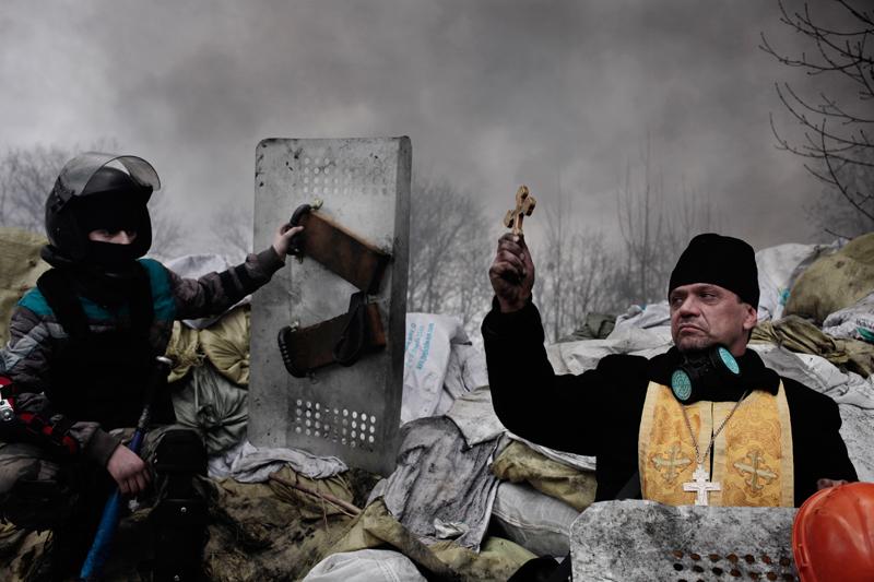 Vezető hír<br />2. díj, sorozat<br />Jérôme Sessini<br />Franciaország, Magnum Photos a De Standaard számára<br />2013 novemberében az ukrán fővárosban, Kijevben tüntetések kezdődtek,<br />amikor Viktor Janukovics elnök nem írta alá a társulási szerződést az<br />Európai Unióval, mert az Oroszországhoz fűződő kapcsolatok erősítését<br />részesítette előnyben. Több ezer Európa-barát tüntető gyűlt össze a város<br />Majdanként ismert Függetlenség terén és hónapokig el sem mozdult<br />onnan. A folyamatos erőszak február 18-án tetőzött. A következő három<br />nap alatt több mint hetven tüntető és rendfenntartó halt meg, miközben<br />mindkét fél a másikat vádolta azzal, hogy lőni kezdett. Janukovics elnök<br />február 21-én elmenekült az országból, májusban az Európa-barát Petro<br />Porosenkót választották elnökké.