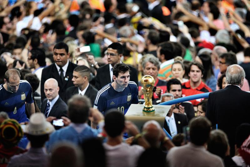 Bao Tailiang<br />Kína, Chengdu Economic Daily<br />Az argentin Lionel Messi a világbajnoki trófeát nézi a záróünnepségen a<br />Rio de Janeiro-i Maracanã Stadionban július 13-án. Argentína 1:0-ra<br />kikapott Németországtól, a győztes gólt Mario Götze lőtte a<br />hosszabbításban. A világ egyik legjobb focistájának tartott Messi kapta a<br />világbajnokság legjobb játékosának járó Aranylabdát – ez a döntés vitákat<br />váltott ki, mivel Messi egyetlen gólt sem rúgott a kieséses szakaszban.