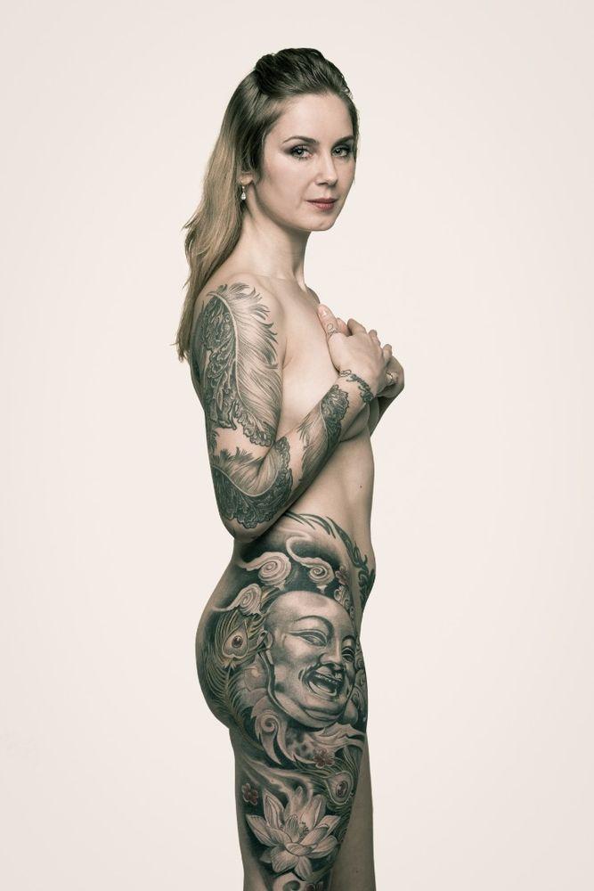 Desanka: Nagyon tetszenek neki a tetoválások - tulajdonképpen divatból tetováltat. Az elején sokan megnézték, de ahogy egyre trendibbek lettek a tetoválások, a kíváncsi pillantásokból is kevesebb van.