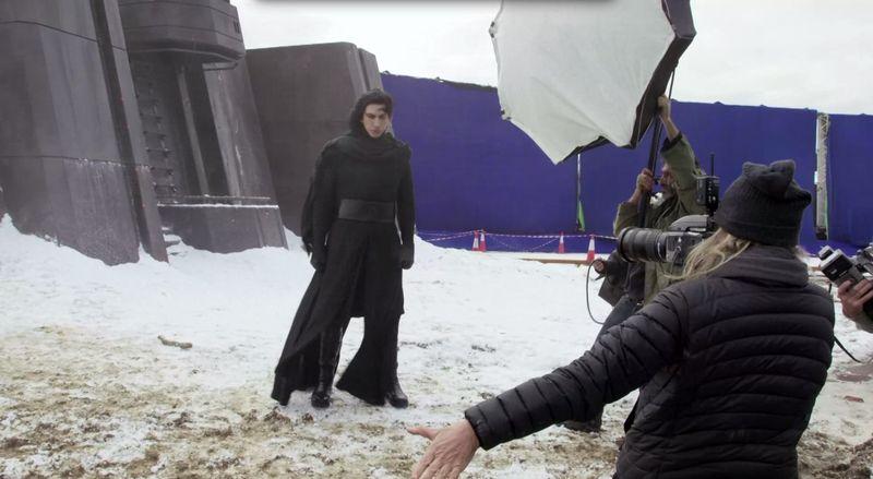 Adam Driver mint Kylo Ren, ezúttal kereszt-fénykardja nélkül.