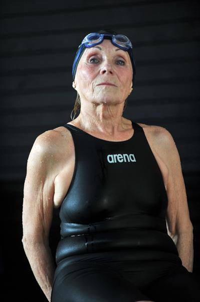 DARNAY KATALIN: Szenior úszó portrék<br />Magyarországon szenior úszóversenyeken indulhat bárki, aki 25 évet betöltött. A versenyeken ennél inkább idősebbek indulnak. Ez példa is arra, hogy nem csak fiatal, de idősebb korban is lehet tenni az egészség jó szinten való tartása<br />érdekében. Ettől fiatalabbnak érzik magukat, jobb a közérzetük, elfelejtik gondjaikat. A versenyszámuk megúszása<br />után a jóleső fáradtságot érzik, büszkék lehetnek, és nem zavarja őket éppen semmi. Közvetlen a verseny utáni pillanatot örökítettem meg az arcukon a budapesti Kondorosi úti uszodában.<br />