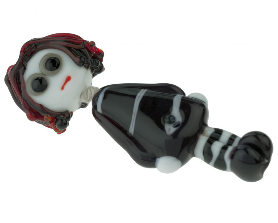 Ez egy üveggyöngy, innen: http://www.bigbeadlittlebead.com/1x-lampworked-gothic-bead-doll-01312-001