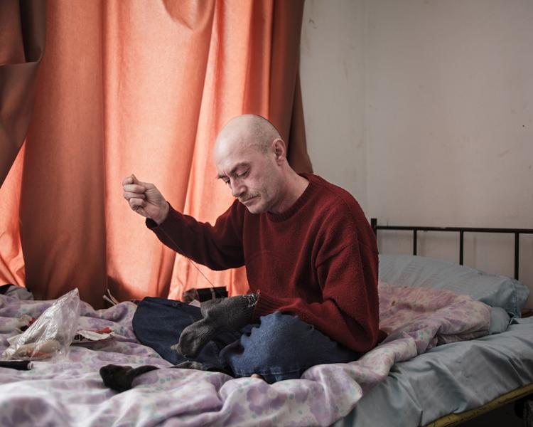 FERENCZY DÁVID: Várakozás<br />Angyalföldön, a Madridi utcában található a Magyar Vöröskereszt által működtetett Reintegrációs Központ, ahol a szállóra felvételt nyert hajléktalanoknak szállásra, ellátásra, továbbképzésre van lehetőségük, esélyt kapnak az újrakezdésre. Az utcán eltöltött évek okozta reménytelenség és kiábrándultság után azonban a Központ legtöbb lakójának továbbra sem sikerül állandó munkahelyet és albérletet találnia, és a szállón maradnak évekig, vagy az utcára kerülnek vissza.
