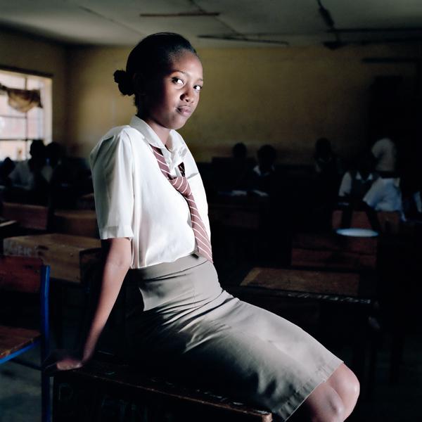 PÁLYI ZSÓFIA: A kenyai diáklányok kánonja<br />Göröngyös út vezet a hegyek között a Bura Girls High School bentlakásos lánygimnáziumhoz, ami a tanulmányi színvonalat tekintve az ország harmadik legnívósabb középiskolája. Jelenleg 720 diáklány jár az intézménybe, akik<br />szabályok hosszú sora szerint élik a hétköznapokat. Mindennap 4.30-kor kelnek és 5 órára már el kell készülniük, ez alól a hétvége sem kivétel. A gimnázium célkitűzése, hogy magas erkölcsi normák szerint, alapos tudást átadva tanítsák a fiatal kenyai lányokat, ennek érdekében pedig mindenféle szabályzatot bevetnek.