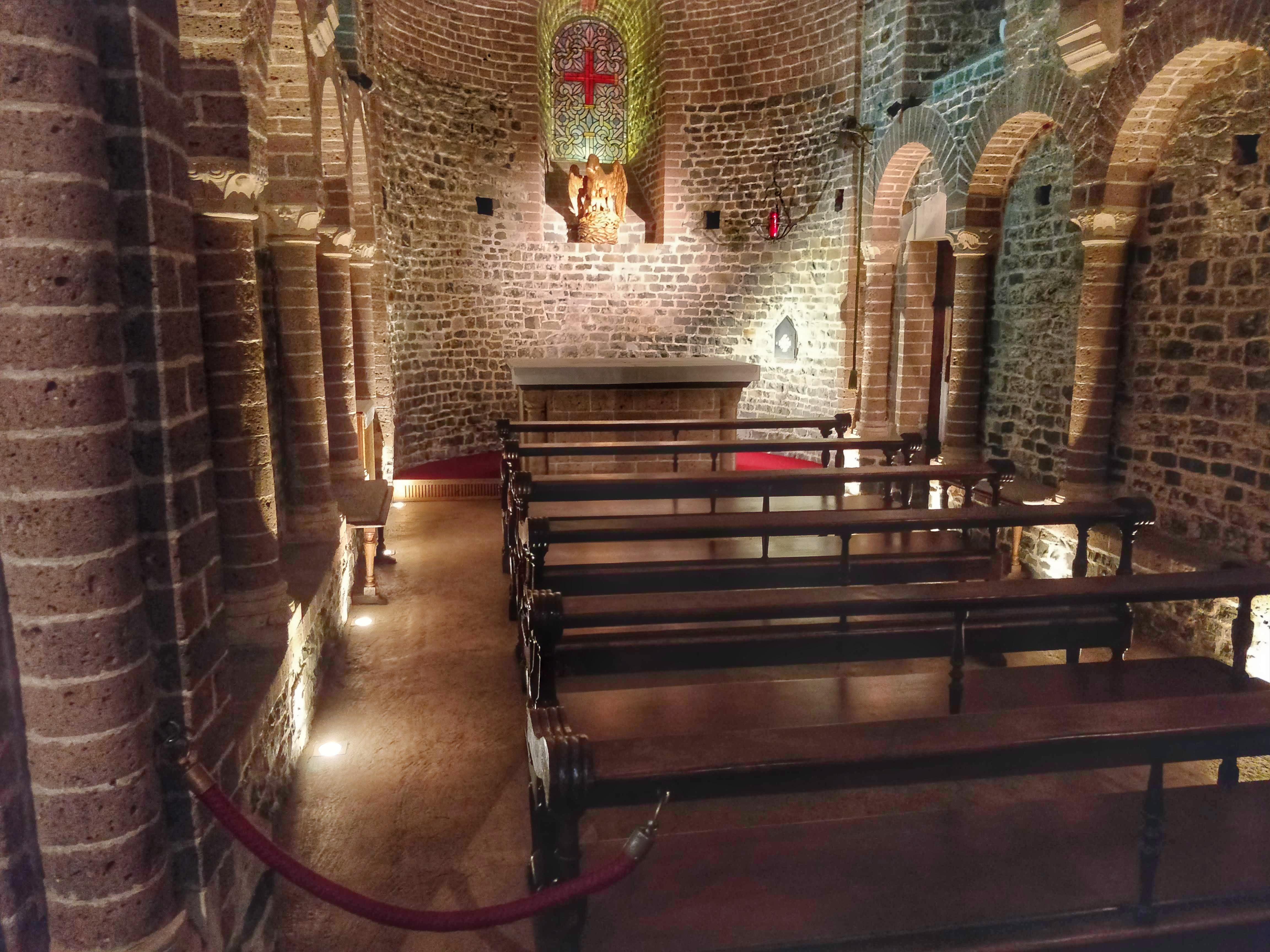 És a Szent Vér-bazilika belülről.