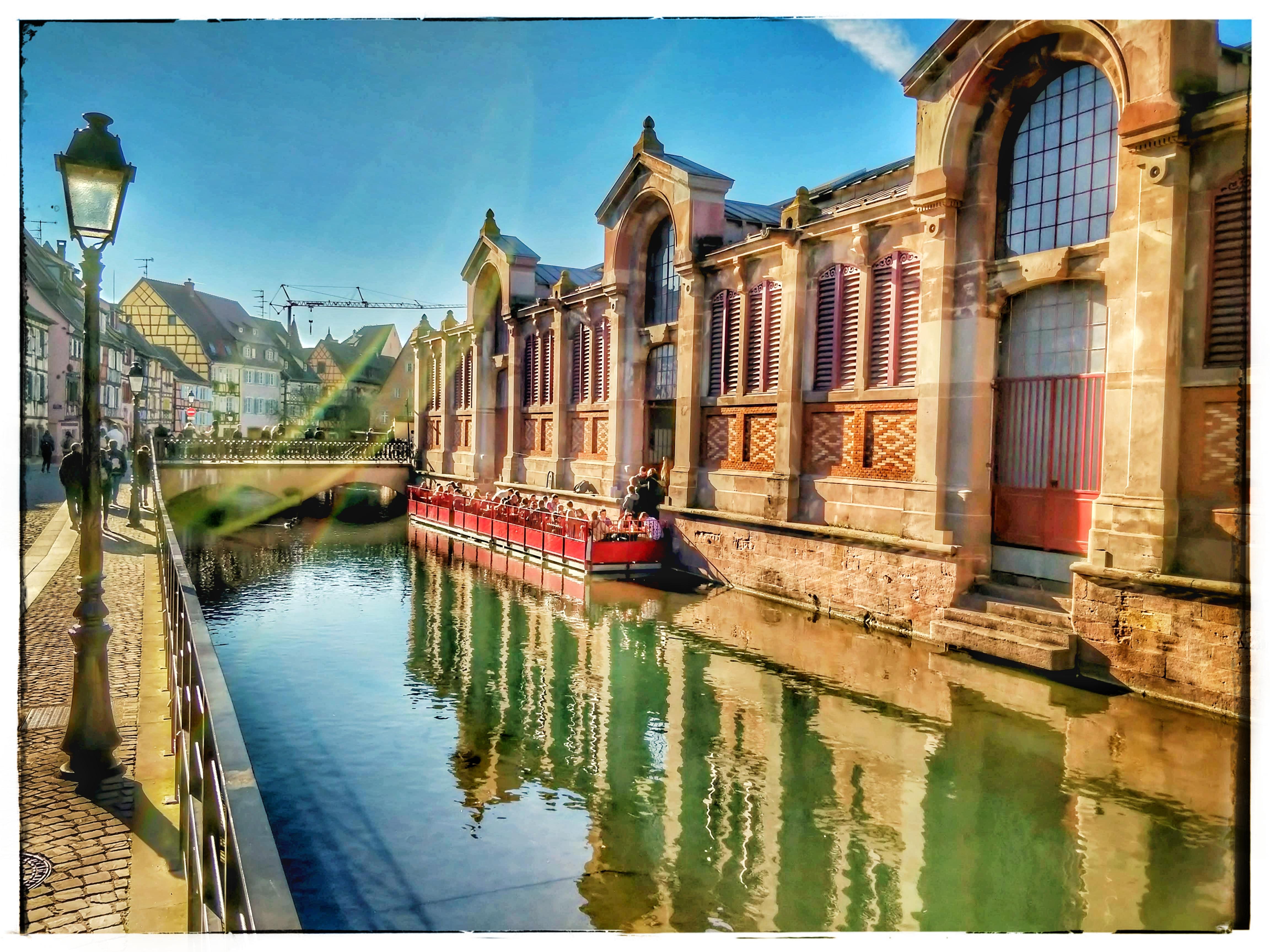 A Petit Venise, valóban elég kicsi, egy folyó szeli át az óvárost.