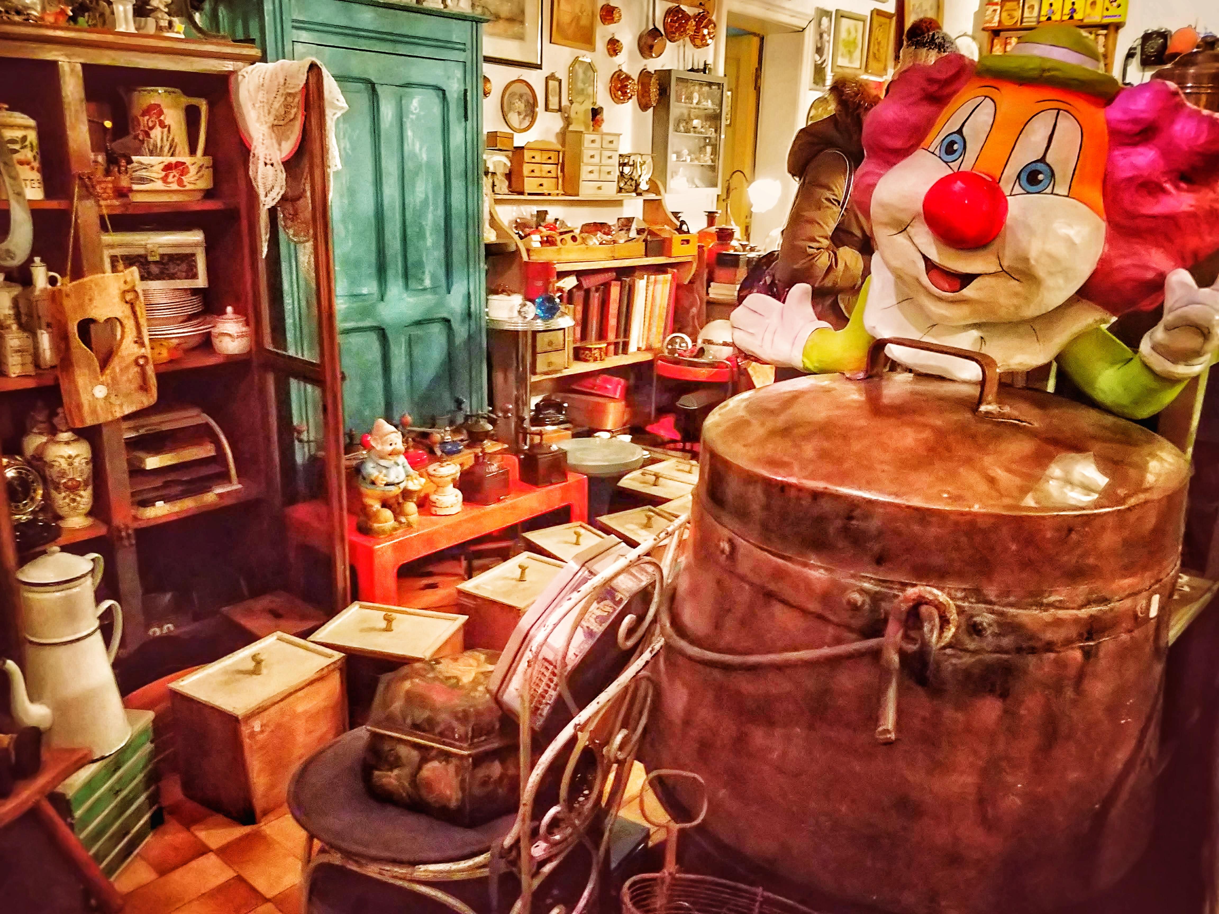 A cukrászdák, pékségek után a régiség kereskedésekből van  legtöbb.
