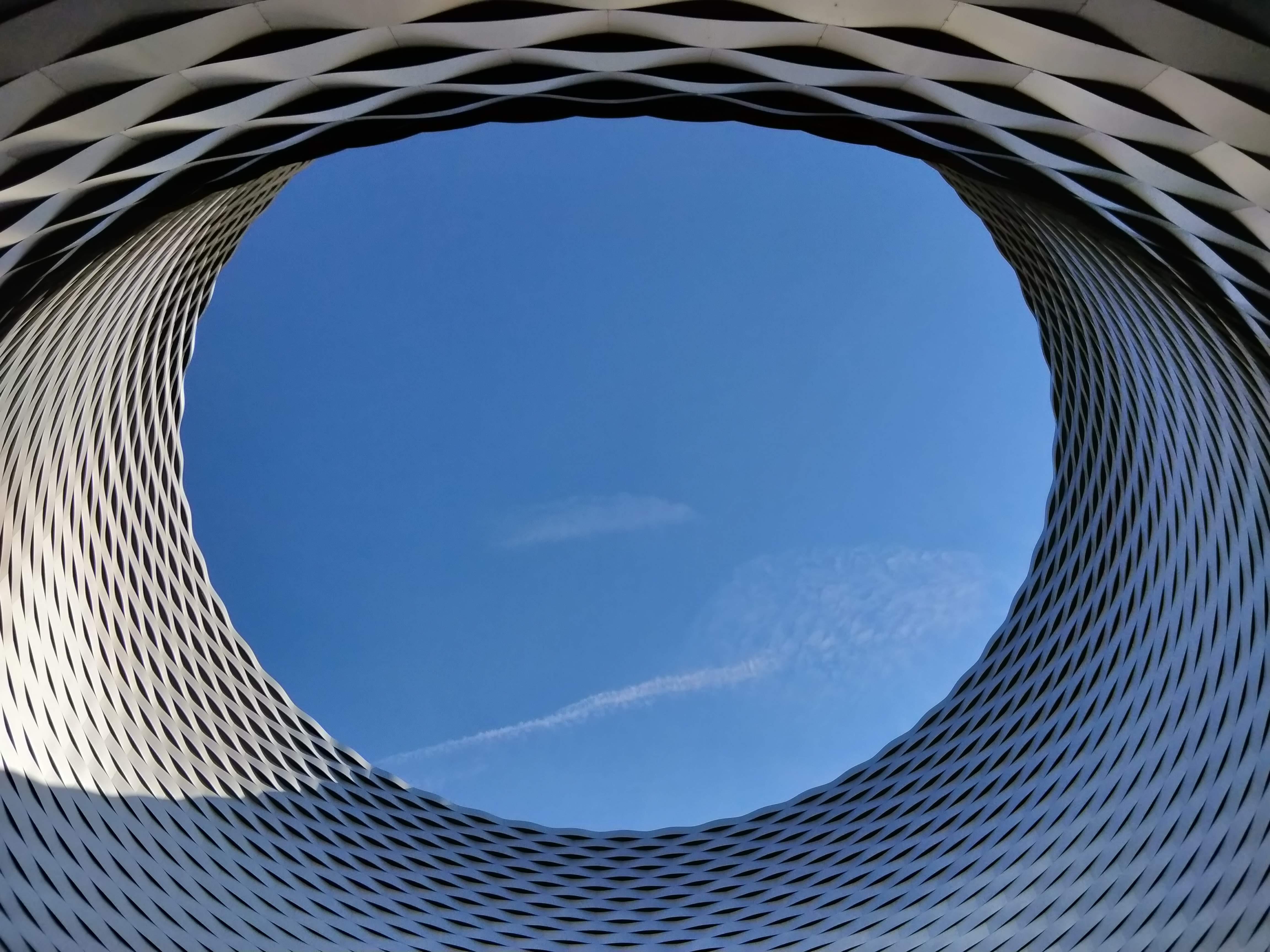 A Kiállítási és Kereskedelmi központ gigászi épületét nehéz lenne vissza adni egy fotón.