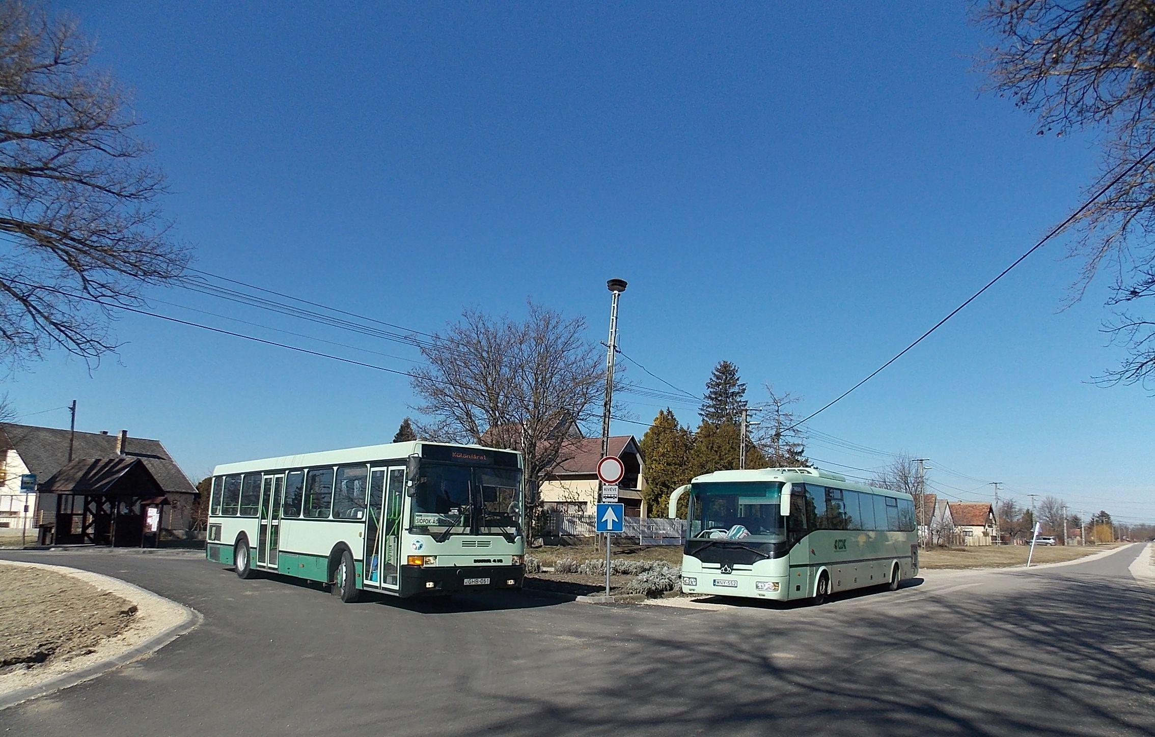 Egy korszerű és kényelmes autóbusz, valamint egy Credo.