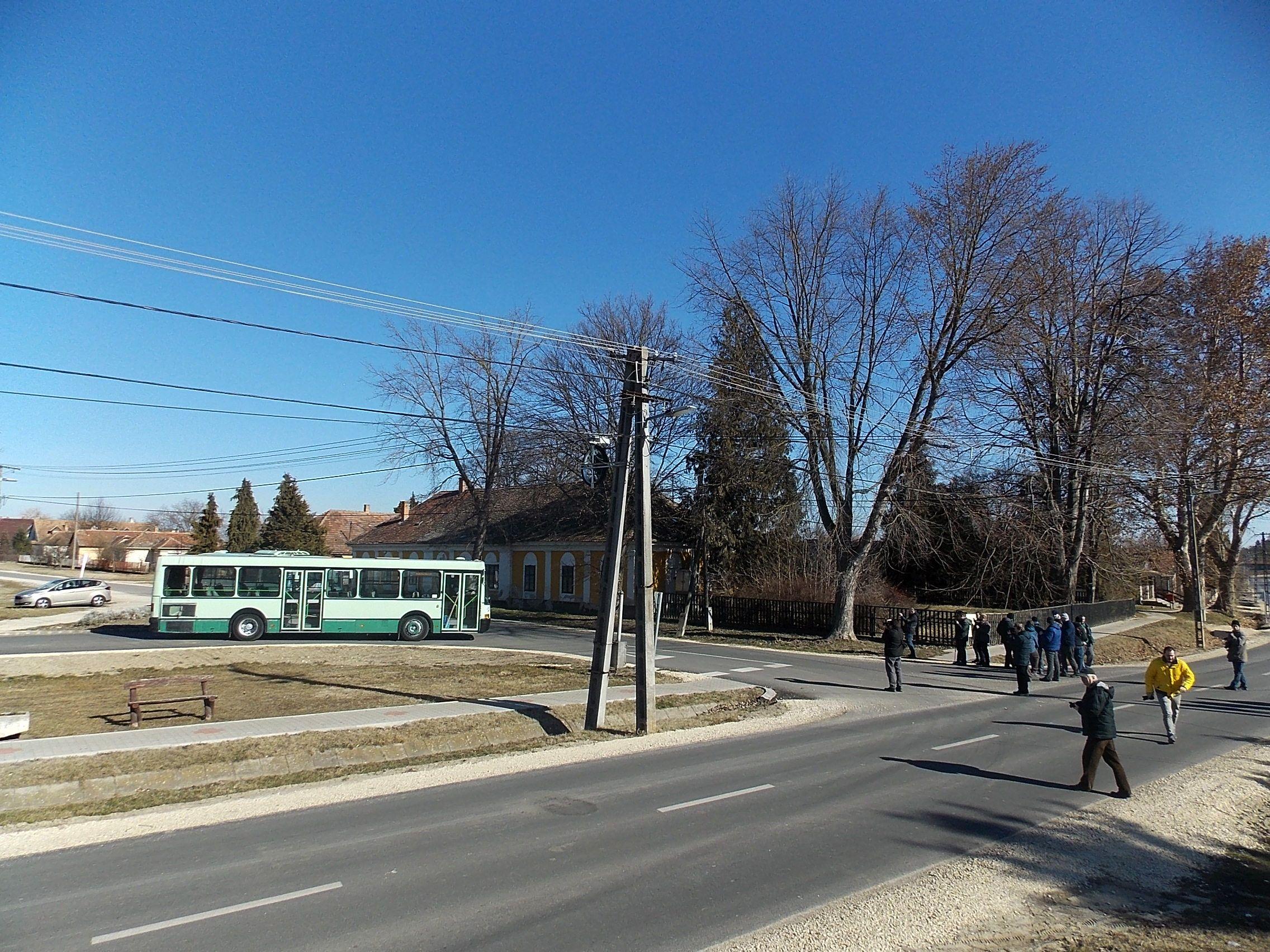 A buszmegállógyárral.