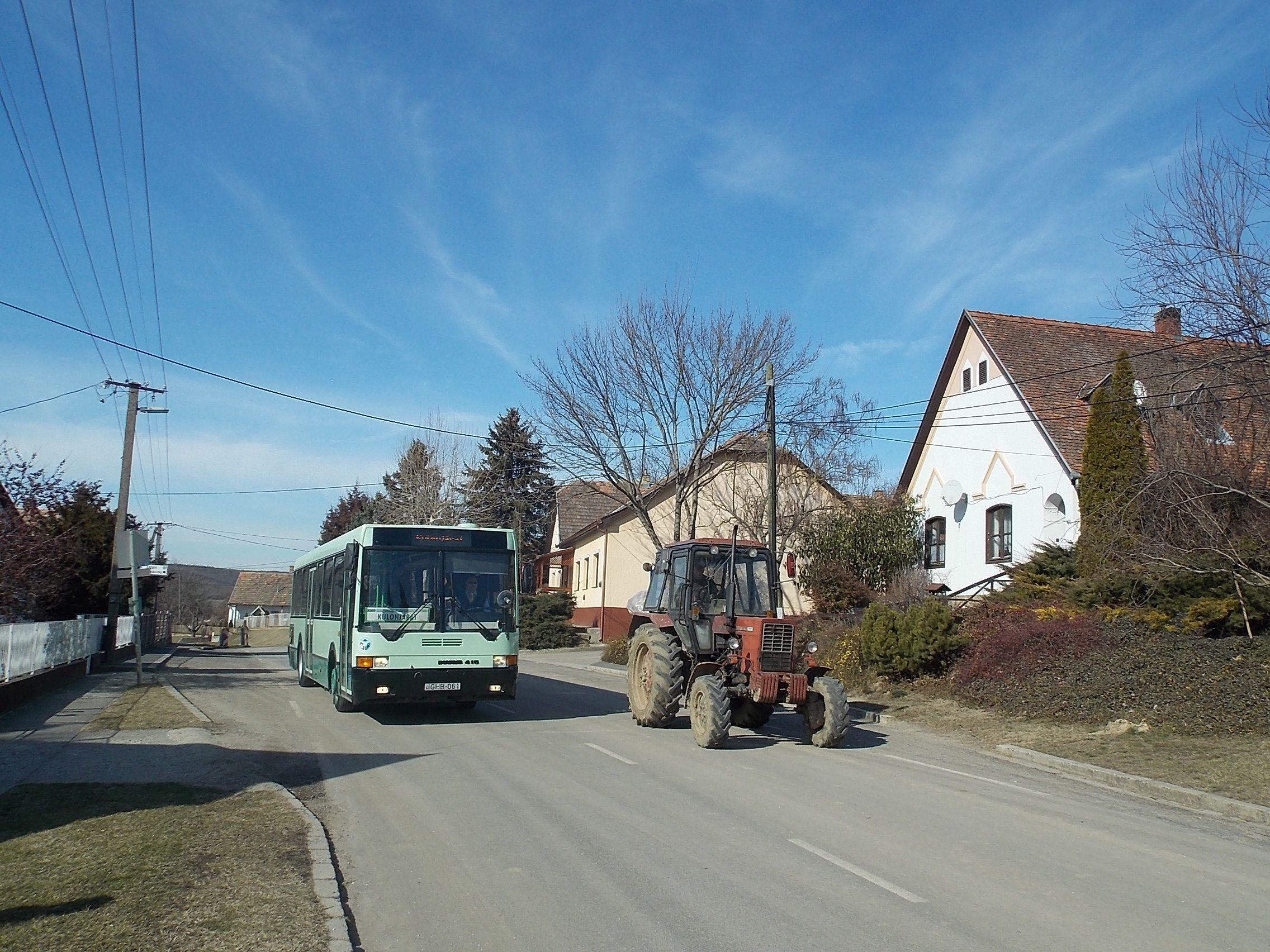 Lulla, községháza, traktor