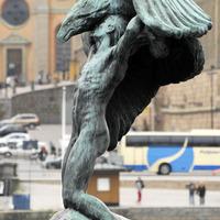 Stockholmban sast, Madridban nyolcszögletű kupát tart