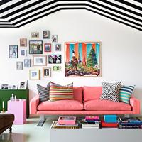 Sárga konyha, rózsaszín kanapé - színes svéd dizájn
