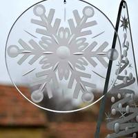 Téli hangulat csiszolt ablakdíszekkel